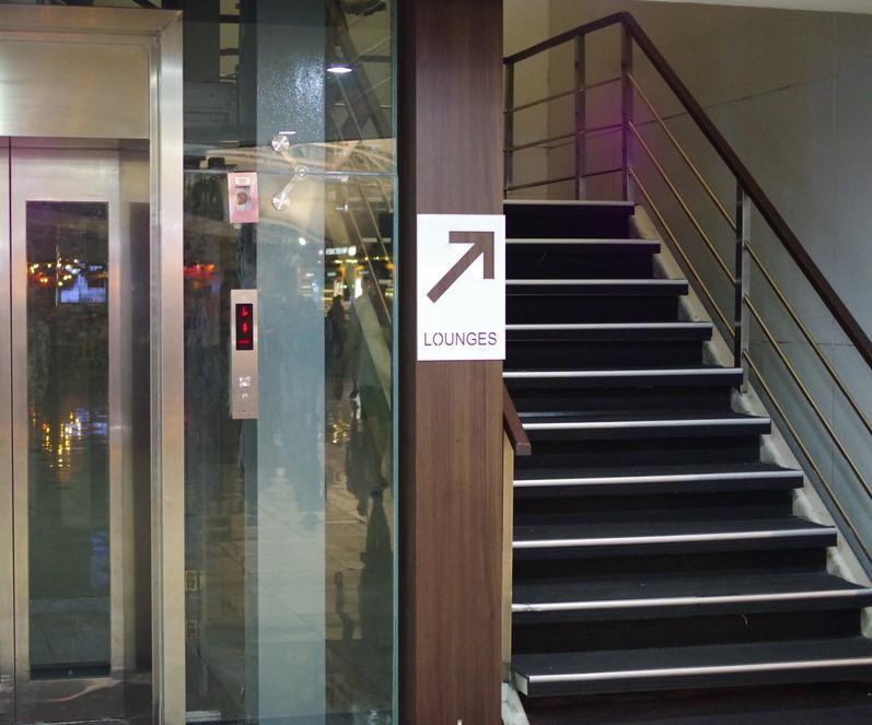 ラウンジ行きの階段