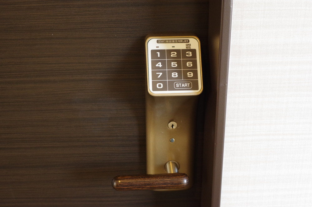 ドアはボタンキー方式